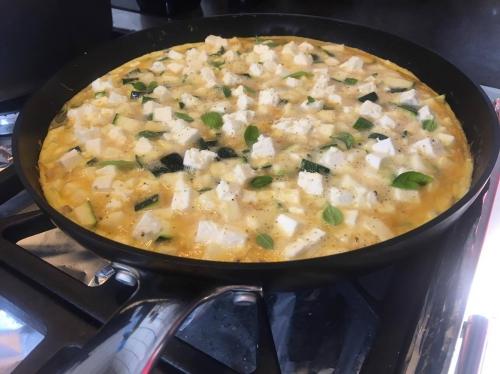 fritatta,omelet,courgette,feta,kruiden