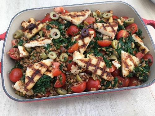 spelt, salade, tomaten, olijven, halloumi, spinazie